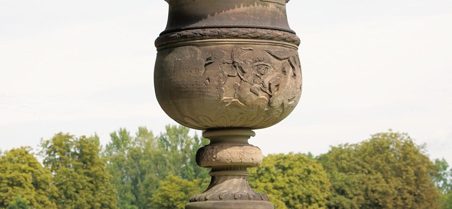 Comment décorer son jardin avec un vase antique